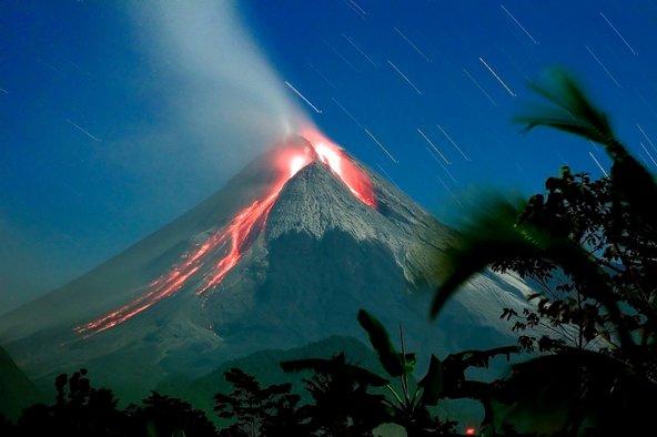 ככה נראה הר הגעש מראפי בזמן התפרצות   צילומים: שאטרסטוק