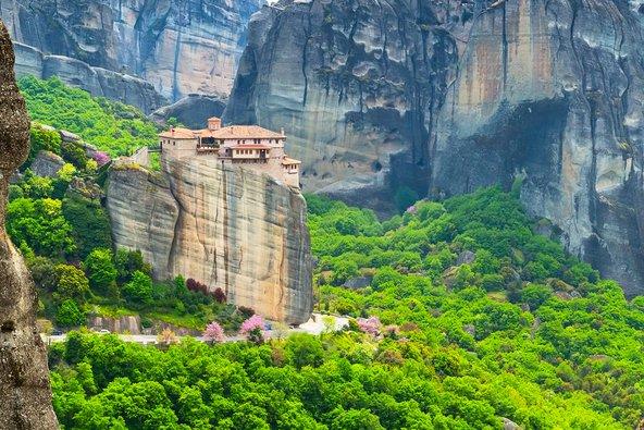 המנזרים התלויים של מטאורה ממוקמים על צוקים תלולים ומוקפים בחורשות ירוקות