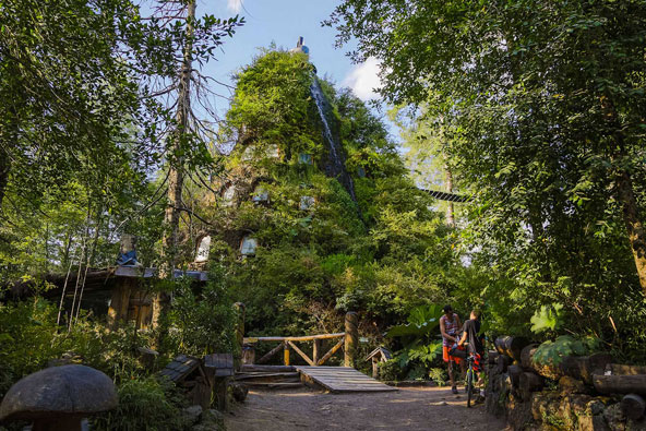 הסוואה מושלמת: אם תסתכלו טוב, תגלו את מלון Montana Magica בין העצים מסביב