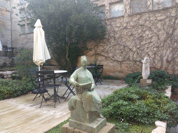 פינת חמד בחצר הפנימית של המשכן לאמנות