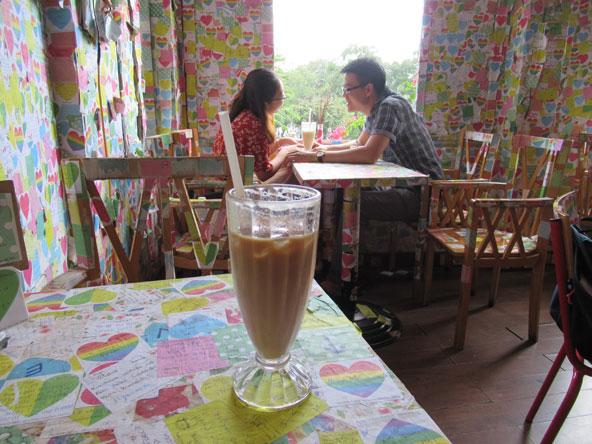 רגע רומנטי בקפה נוט המכוסה כולו בלבבות ומסרים של האורחים | צילומים בכתבה: רותם בר כהן