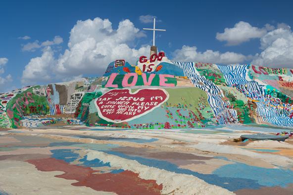 """""""אלוהים הוא אהבה"""", הכתובת במרכז הר הישועה בסלאב סיטי"""