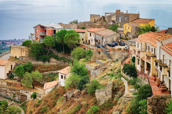 הכפר סבוקה במזרח סיציליה. כאן צולמה סצינת החתונה של מייקל ואפולוניה קורליאונה בסרט הסנדק