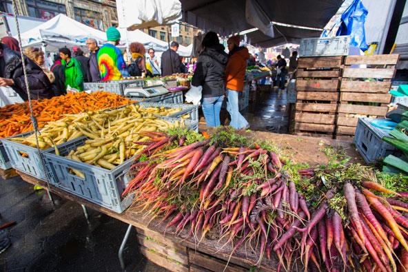 דוכן ירקות בשוק האיכרים ביוניון סקוור