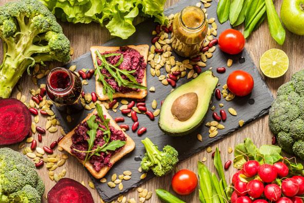 גם אם אין בסביבה שבה אתם נמצאים מסעדות טבעוניות, תמיד אפשר לקנות מצרכים ולהכין ארוחה לתפארת