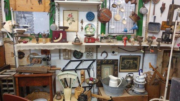 """חנות יד השנייה """"יד אחרת"""". מכלי בית ועד כלי נגינה צילום: רבקה שרגא"""