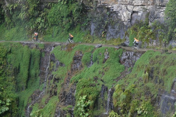 רוכבי אופניים בדרך המוות