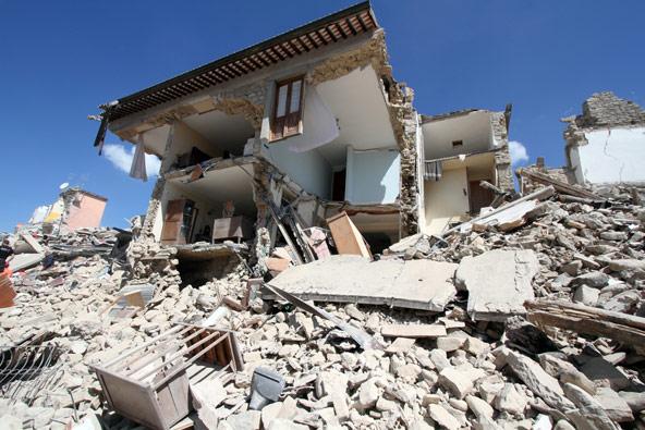 אמטריס לפני ואחרי רעידת האדמה באוגוסט 2016. נדרשים מיליארדי אירו כדי לשפץ את הרובע העתיק | צילום Antonio Nardelli / Shutterstock.com