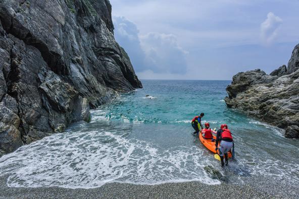 קיאק ימי במפרץ דונגאו בצפון-מזרח טייוואן