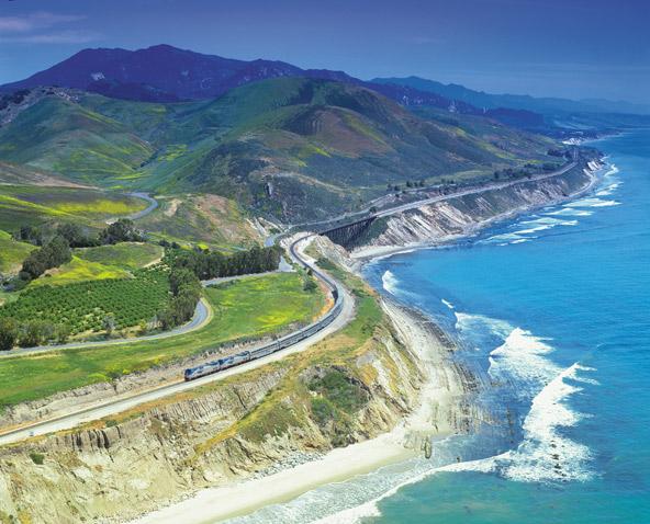 רכבת Coast Starlight מציעה נופים שאין שניים להם לאורך קו החוף של קליפורניה | צילום: Amtrak