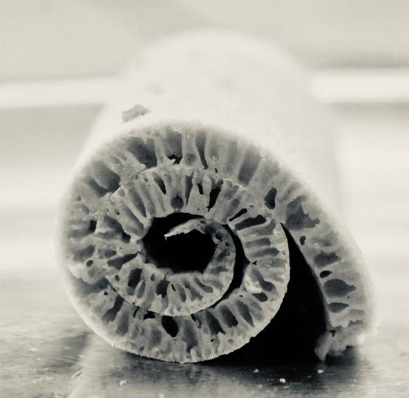 קלוז אפ על אינג'ירה מגולגלת. הבועות האווריריות נוצרות כתוצאה מתהליך התסיסה בהכנת הבצק