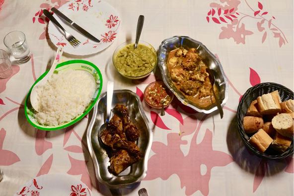 יסודות האוכל הקריאולי: אורז לבן, קטניות מבושלות ועוף או דגים טריים