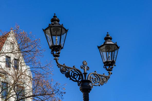 פנס גז בברלין. להיטותה של העירייה להתקין תאורה חשמלית פוגעת בסמל היסטורי ותרבותי