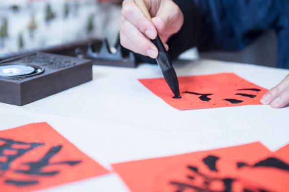 סדנת קליגרפיה. הטיול בטייוואן מהווה הזדמנות מצוינת להתנסות באומנויות מסורתיות