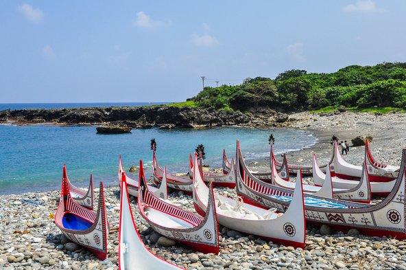 סירות קאנו באי הסחלבים. רבות מהמסורות של ילידי האי קשורות בים