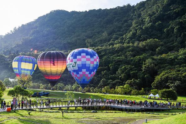 להשקיף על הנוף מלמעלה: כדורים פורחים באזור טאיטונג