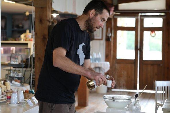 אלון צבן מעיזה פזיזה מדגים ייצור ביתי של גבינה צ'רקסית