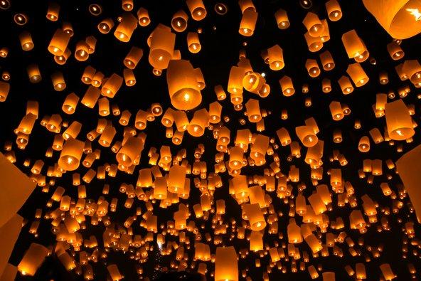 פנסי נייר בוערים מועפים לשמיים בפסטיבל הפנסים