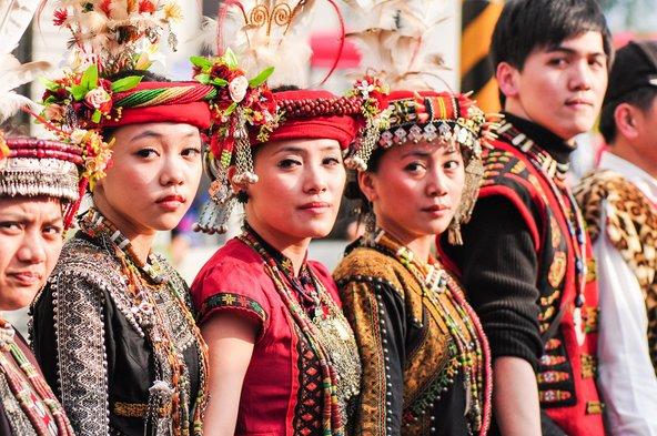 אנשי הפייוואן בלבוש מסורתי במהלך טקס חתונה | צילום: weniliou / Shutterstock.com