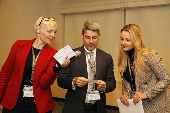 אלברטו ברנבה, שר התיירות של טנריף (באמצע) עם פיה לאו, מנהלת השיווק של משרד התיירות של טנריף (משמאל)