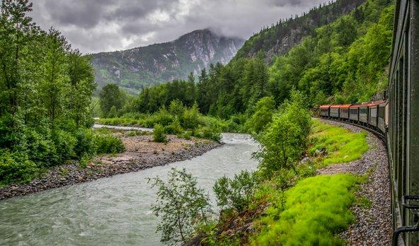 רכבת הקיטור ההיסטורית White Pass עוברת בנתיב בו הלכו מחפשי הזהב באלסקה