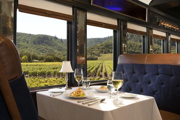 שולחן ערוך וחלונות המשקיפים על כרמים ברכבת היין של עמק נאפה | הצילום באדיבות napa wine train