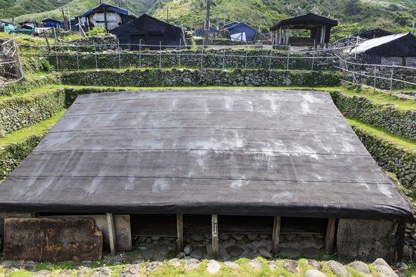 הבתים הייחודיים של שבט היאמי באי הסחלבים, אשר נועדו להגן מפני רוחות חזקות בחורף וטייפונים בקיץ