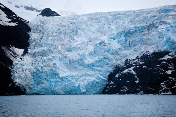 קרחון גולש לים. איש לא מחתים את דרכונך בכניסה לאלסקה, היבשת שלא שייכת לאף מדינה