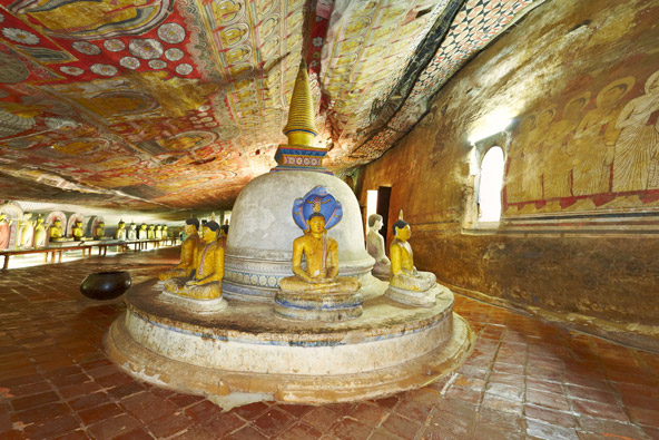 ציורי קירות ותקרה ופסלי בודהה צבעוניים בדמבולה