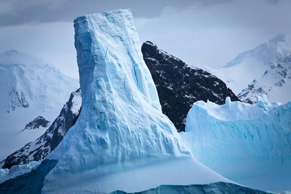 הקרחונים הצפים בים נראים כפסלים שפיסל הטבע