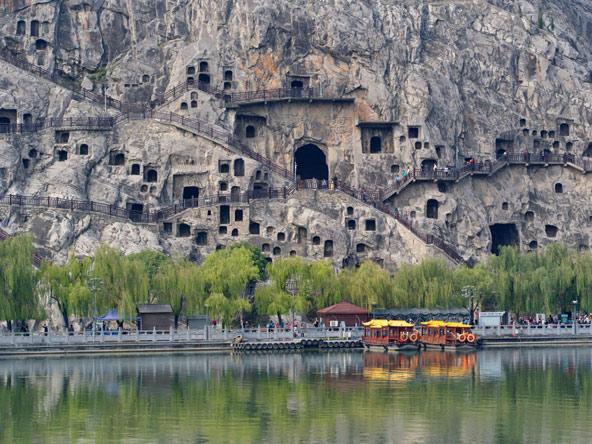 מערות לונגמן. יותר מאלף מערות נחצבו בקירות הסלע התלולים מעל נהר יי