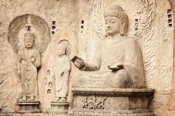 """פסל של בודהא במערות לונגמן. """"התגלמות יוצאת דופן של יצירתיות אמנותית אנושית"""""""