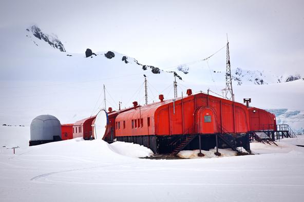 תחנת מחקר באנטארקטיקה. שנה שלמה בבידוד מוחלט, לעיתים מזג האוויר לא מאפשר לעבור ממבנה למבנה