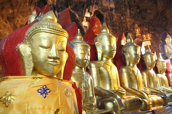 מאמץ הטיפוס משתלם: אחדים מתוך אלפי פסלי בודהה מוזהבים במערת פינדייה