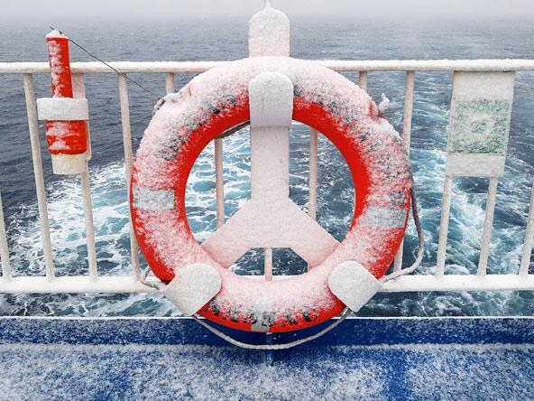האוויר הארקטי מורגש היטב על סיפון האנייה
