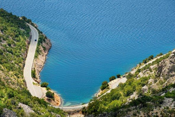 הנסיעה לאורך קו החוף של קרואטיה בדרך מטירה לוונציה מספקת נופים עוצרי נשימה