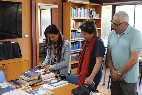 סגירת מעגל סמלית: הוריו של תומר בכר מביאים את ספר צילומיו לספרייה באי הפסחא