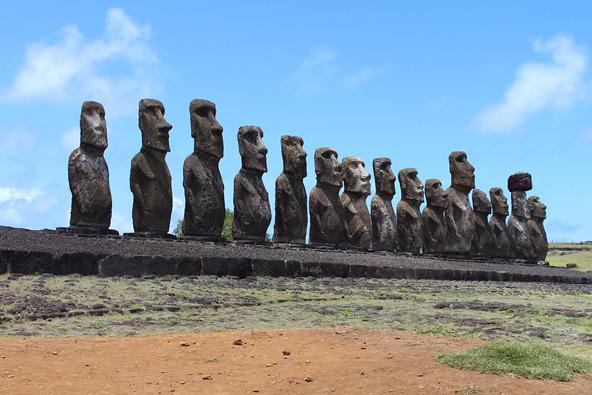 האי נודע בפסלי האבן הענקיים שבו, המכונים מואיי