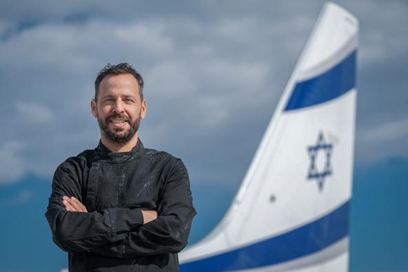 """השף שחף שבתאי לצד מטוס של אל על. """"אחד השיאים של חיי""""   צילום: פיני סילוק"""