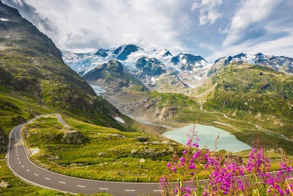 נוף טיפוסי של הרים ואגמים בדרך האלפים הגבוהים בצרפת