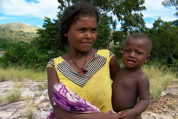 אישה ותינוק במדגסקר. על פי רוב הלידות נעשות בבית, בלוויית מיילדת