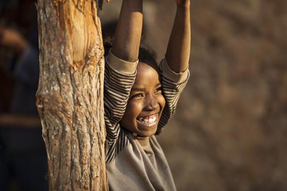 חיוך שמאיר את הפנים. מחייכים כל הזמן, צוחקים בפה מלא, בקולי קולות