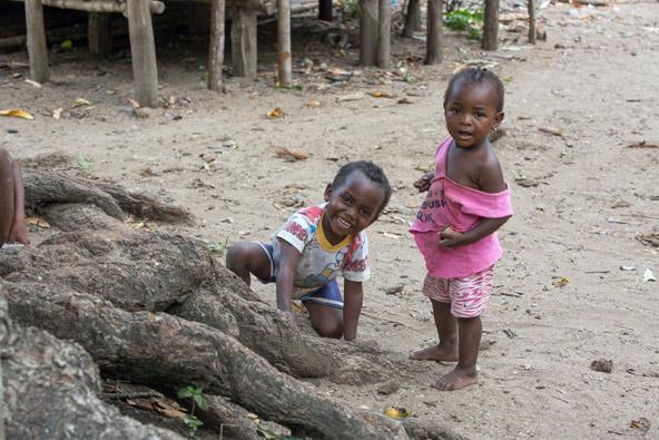 במדגסקר איש אינו משגיח על הילדים, הבדל עצום מההתנהלות אצלנו, שכל העת מנסה למנוע אסון ולהציל את הילד..