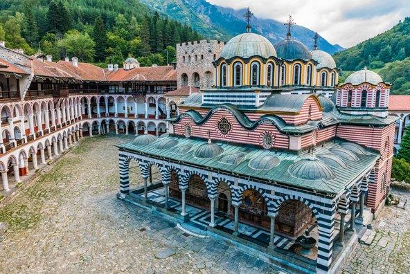 מנזר רילה, הגדול והמרשים במנזרי בולגריה, טובל בנופים הרריים מיוערים