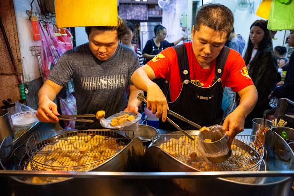 דוכן של סטינקי טופו בשוק מקומי