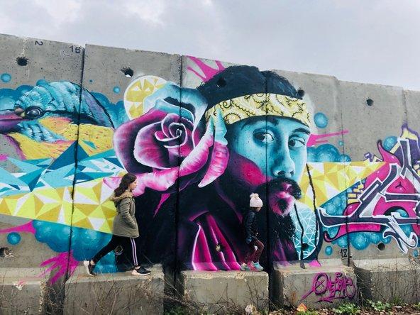 קירות מדברים במשוב שתולה: מסר של תקווה ושלום