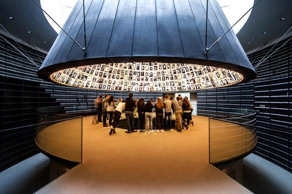 היכל השמות, מאגר של דפי עד של מיליוני קרבנות השואה