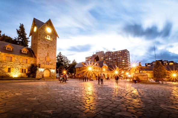 הכיכר המרכזית בברילוצ'ה. הרים מושלגים, בתי אבן ציוריים ושוקולד - ניחוחות אירופיים בלב ארגנטינה