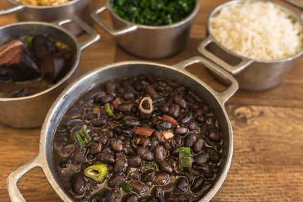 פיז'ואדה, תבשיל קדירה כבד ומחמם, שמוטב לאכול אותו במסעדה ממוזגת היטב