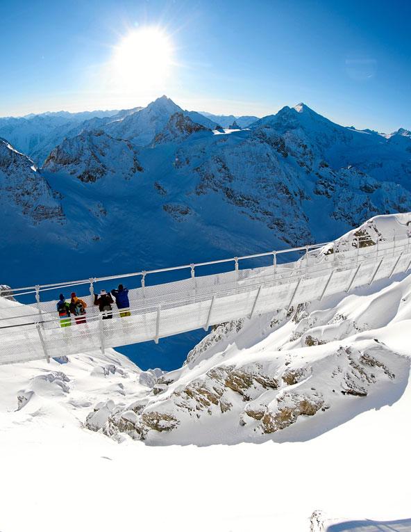 הגשר התלוי בפסגת טיטליס. תצפית מדהימה על פסגות האלפים